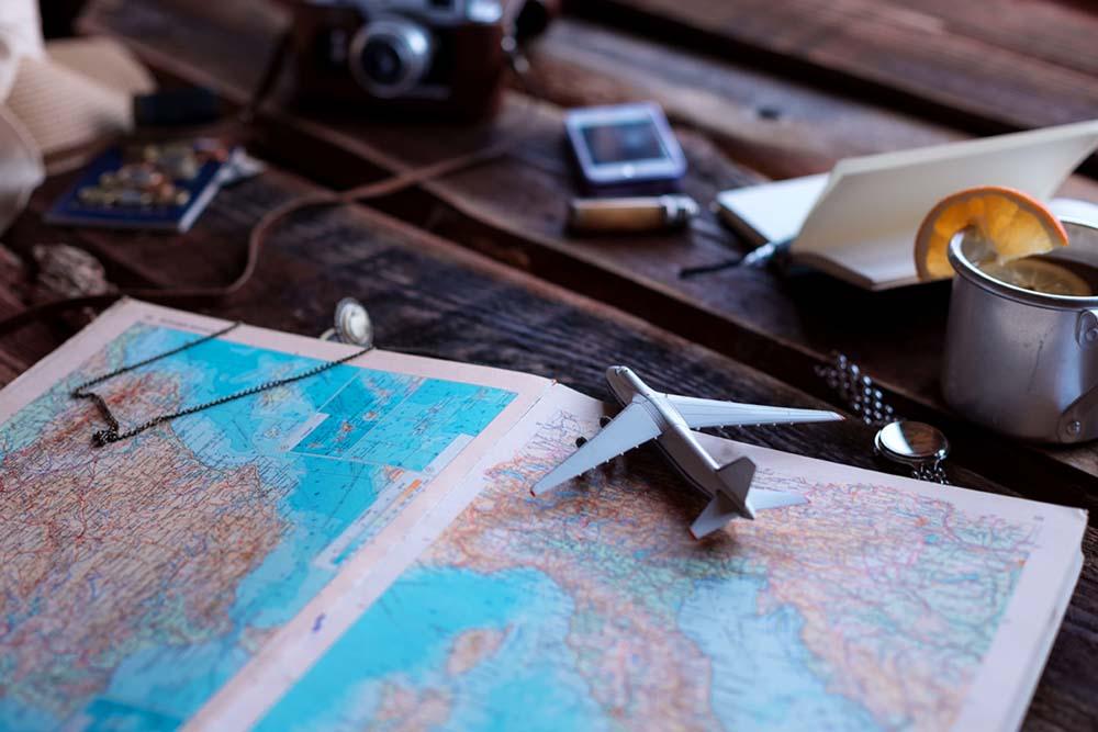 地図を見ながら旅行先を決める