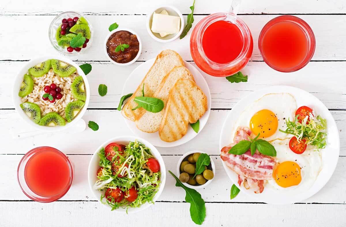 食べ疲れたら一食抜くか、食べ慣れているものを少量食べる