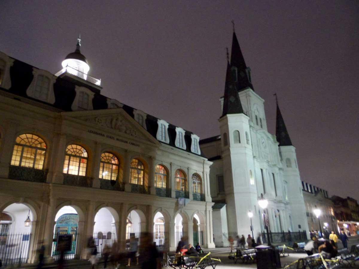 夜のセントルイス大聖堂