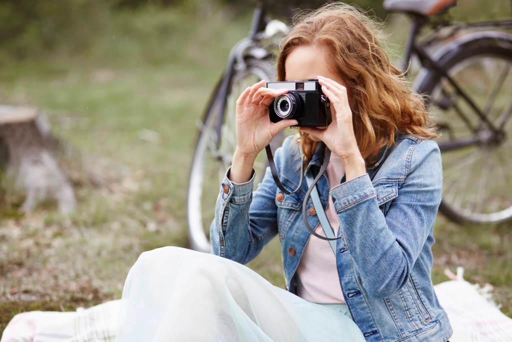 カメラと関連グッズ(予備のバッテリーやSDカードなど)