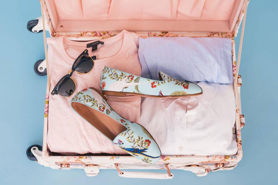 女性のスーツケース