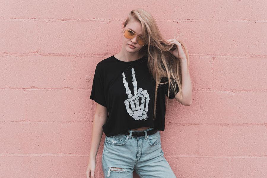 ロックなTシャツを着る女の子