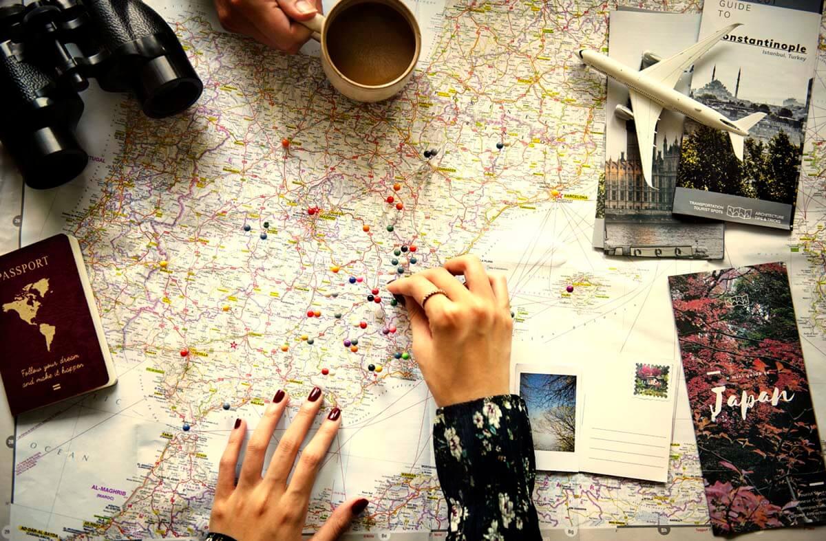 旅行計画を立てる女性