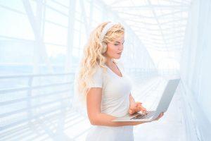 Lynda.comで勉強する女性